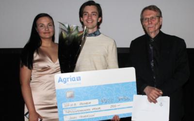 Johan Henriksson fick ta emot Agrias Ung SWB-stipendie under SWBs årsmöte